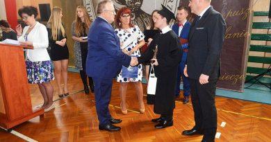 Maturzyści z Kołobrzegu otrzymali świadectwa ukończenia szkoły średniej [FOTO]